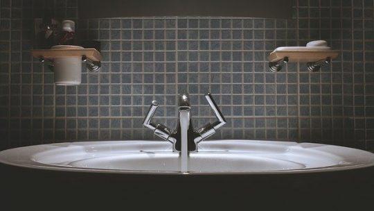 Conseils pour décorer la salle de bains de couleur noire